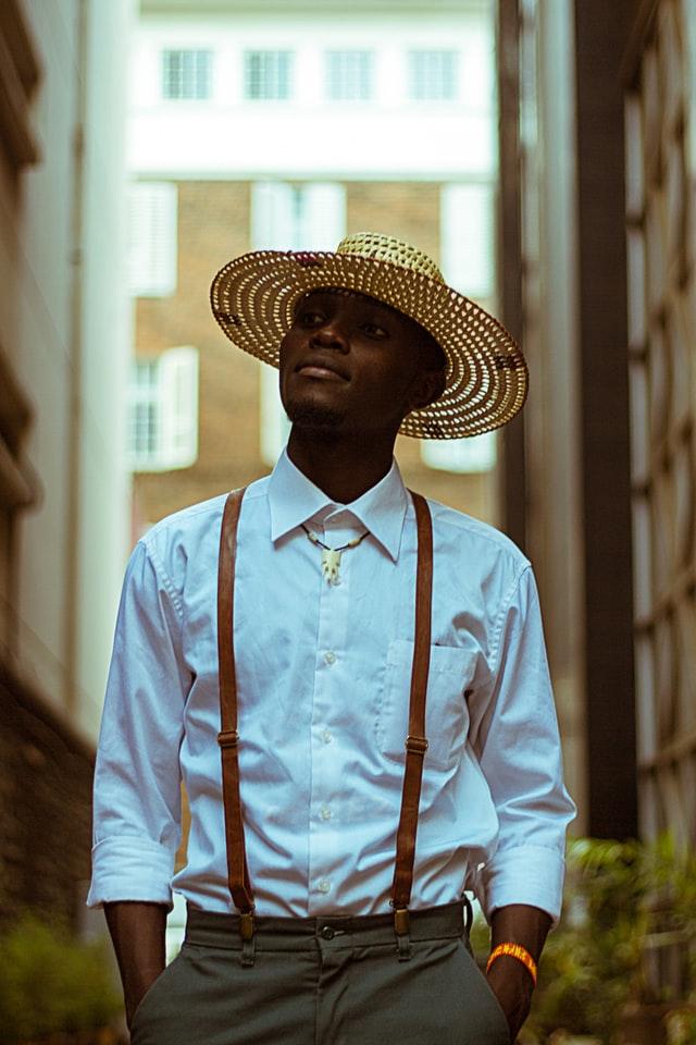 Un look élégant avec un chapeau de paille