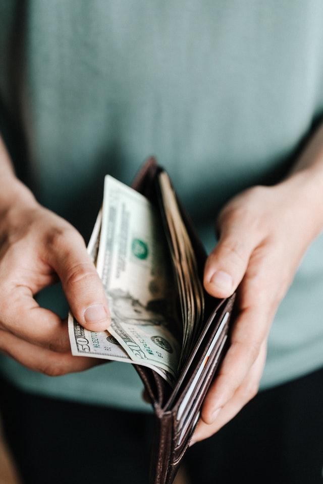un portefeuille organisé avec une pince à billet